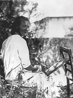 250px-Charlotte_Salomon_painting_in_the_garden_about_1939